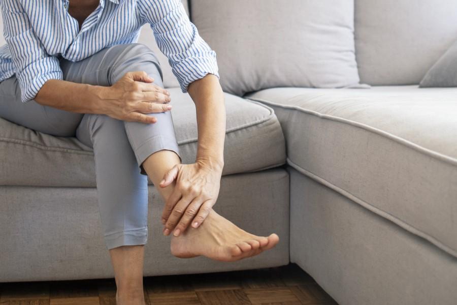 Opuchnięte kostki nóg – przyczyny, metody radzenia sobie z dolegliwością